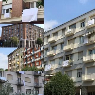 Lenzuola bianche e mute: la protesta dei residenti della zona stazione a Cuneo [FOTO]