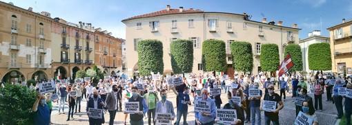 La Lega scende in piazza a Cuneo: flash mob con mascherine e distanziamento per protestare contro il governo Conte (FOTO)