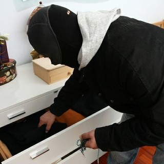 Gli rubano le chiavi lasciate in auto e gli svaligiano casa: la vittima è un ex dirigente albese in pensione