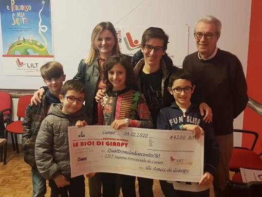 """Alla Lilt di Cuneo 4.200 euro donati dai visitatori della mostra """"Le bici di Gianpy"""""""