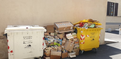 A Cuneo decine di libri gettati a terra, tra due cassonetti dei rifiuti. È questa la cultura di cui tanto si parla?