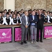Il Prof. Berutti con alcuni studenti - Foto Facebook IIS Giolitti Bellisario Paire Mondovì e Barge - Cn
