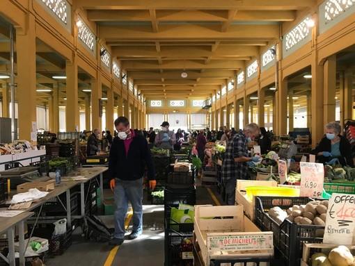 Folla al primo mercato della fase 2 a Cuneo: mascherine, ingressi contingentati e lunghe code (FOTO)