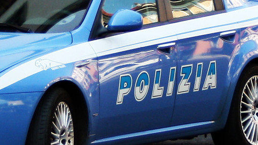 Cerca di coprire il volto e abbandona arnesi da scasso: intervento della Polizia a Cuneo, denunciato un 45enne