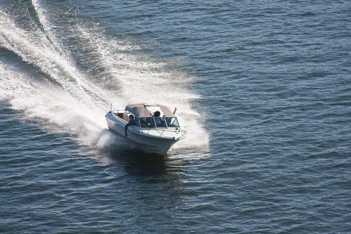 Come scegliere i migliori tessuti nautici per le barche a motore