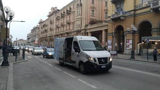 """""""Il carcere non è una discarica in cui buttare gli scarti della società"""": il corteo del Movimento Rebeldies arriva in centro a Cuneo (VIDEO)"""
