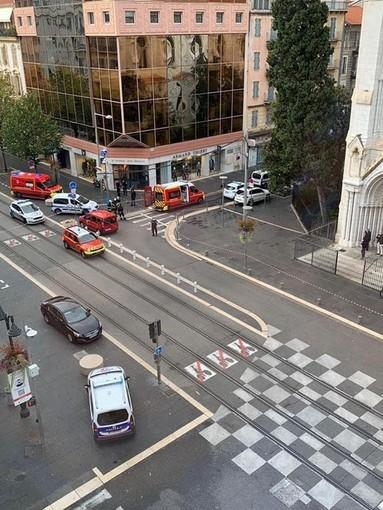 Attentato di Nizza, Emmanuel Macron sta giungendo in città (Video e Foto)