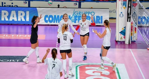 Le cuneesi esultano dopo un punto nel primo set, vinto 23-25 (credit Danilo Ninotto)