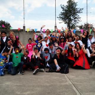 Foto di gruppo della missione 2018 con i bambini del progetto