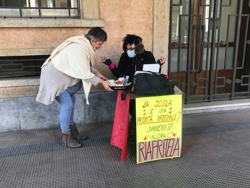 """Prof del liceo di Cuneo fa lezione davanti all'istituto: """"Sarò qui ad oltranza. La scuola in presenza è possibile"""" (VIDEO)"""