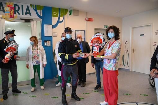 Agente della Stradale ottiene un risarcimento per il Covid e acquista uova di Pasqua per i bambini della Pediatria di Savigliano