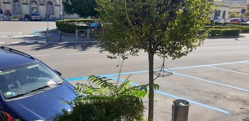 Le strisce blu dei parcheggi di fronte alla stazione ferroviaria
