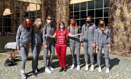 Polina Bosca, CMO Bosca, indossa la maglia di capitan Signorile per una foto di gruppo con le giocatrici biancorosse in visita a Canelli (credit ufficio stampa CGV)