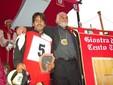 Il compianto Candido Alessandria, allora presidente del Borgo di Santa Rosalia, esulta per la vittoria del Palio degli Asini 2010 (foto Gisella Divino)