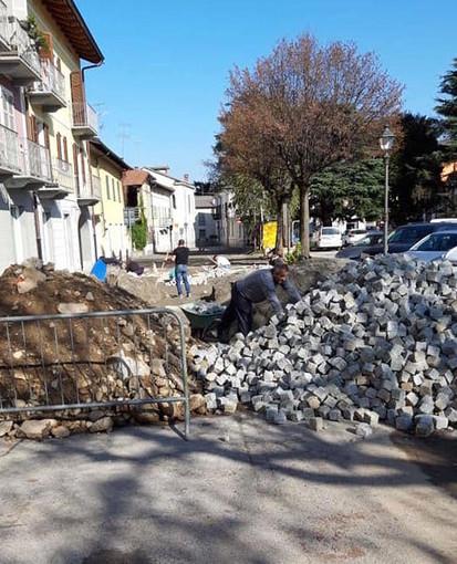 Piazza Caduti a Boves in piena riqualificazione: l'anello esterno sarà tutto in cubetti di pietra di Luserna