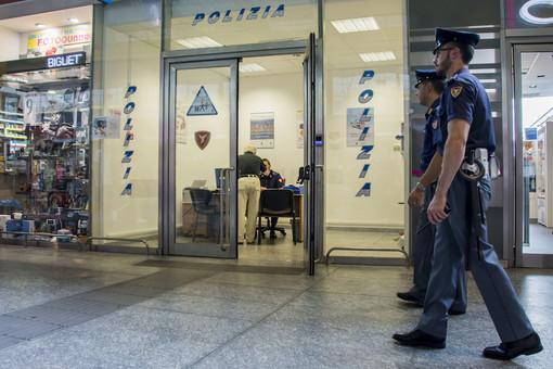 Picchia il suo cagnolino sul treno e insulta gli agenti della Polfer: denunciato 55enne sul Cuneo-Torino