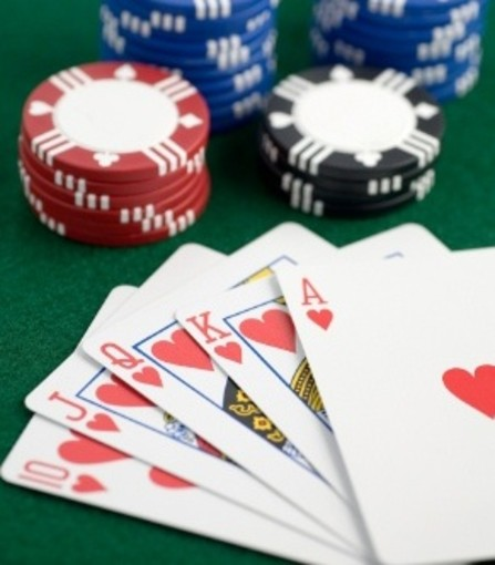 Saluzzo: ossessionato dal gioco d'azzardo 50enne minaccia la figlia con un coltello, arrestato