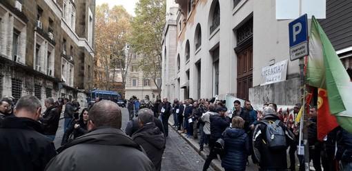 Mahle chiude, 200 lavoratori in presidio a Roma attendono l'incontro al Ministero (FOTO E VIDEO)