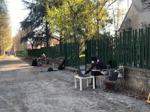 Ripresa la protesta davanti al liceo artistico di Cuneo: solo due studenti in dad davanti alla scuola