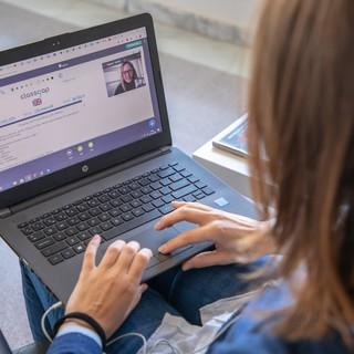 Coronavirus, crescita vertiginosa della domanda di lezioni online e crolla la formazione presenziale