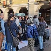 Continua il presidio contro il green pass davanti ai cancelli della Michelin. Oggi manifestanti anche in via Roma a Cuneo