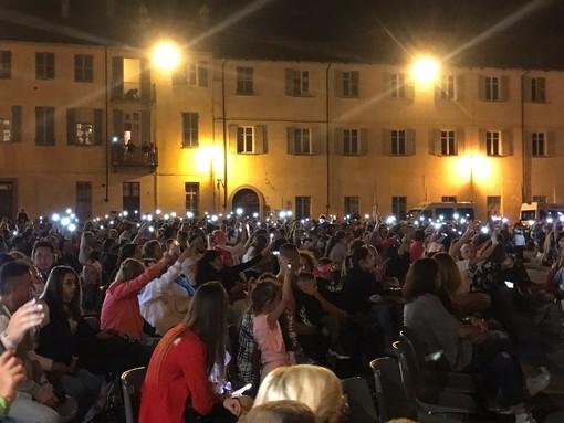 Doppio live di Max Pezzali: l'atmosfera degli anni '90 protagonista in piazza Castello a Fossano