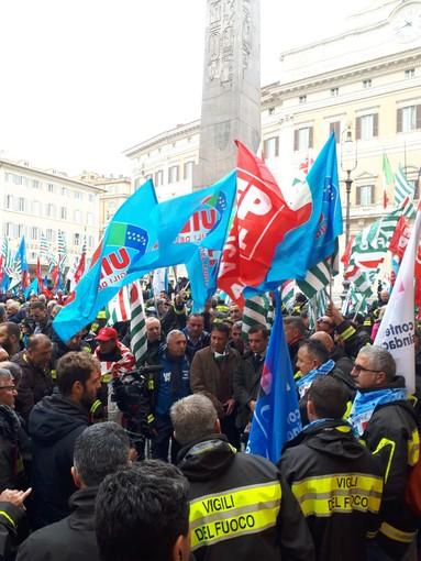 """Protesta dei vigili del fuoco a Roma: """"Serve un aumento degli organici operativi e dei ruoli tecnico professionali, nuovi mezzi di soccorso ordinari e speciali"""""""