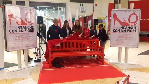 L'inaugurazione della panchina rossa a Mondovicino lo scorso anno