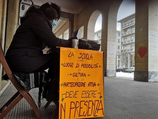 Nonostante il freddo e la neve, continua la protesta delle insegnanti del Liceo Peano-Pellico di Cuneo (FOTO)
