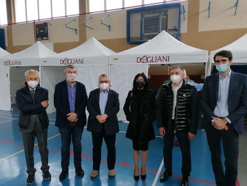 Giornata di vaccinazioni al Palazzetto dello sport di Dogliani. Presente la ministra Dadone [FOTO]