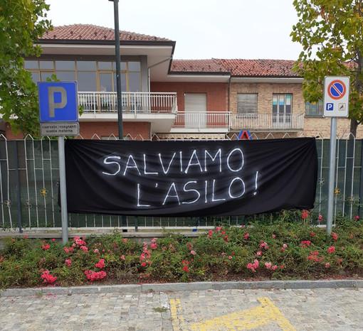Pocapaglia, le famiglie protestano dopo la chiusura dell'asilo di Macellai