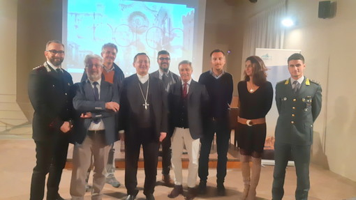Saluzzo, foto di gruppo alla presentazione della trasmissione dedicata a Saluzzo da TV2000
