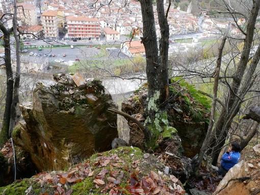 """Ormea: """"Tre blocchi di roccia da 80 quintali ciascuno minacciano la carreggiata sottostante"""""""