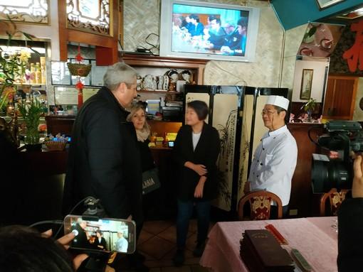 """L'incontro tra il sindaco Borgna e """"Paolo"""" Chen, titolare del ristorante"""