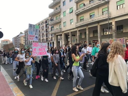 Friday for Future: centinaia di studenti in corteo a Cuneo ci ricordano che non esiste un pianeta B [FOTO e VIDEO]