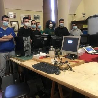 """""""Impariamo facendo qualcosa per gli altri"""": studenti dell'Itis di Cuneo aiutano le famiglie ridando vita a vecchi computer [VIDEO]"""