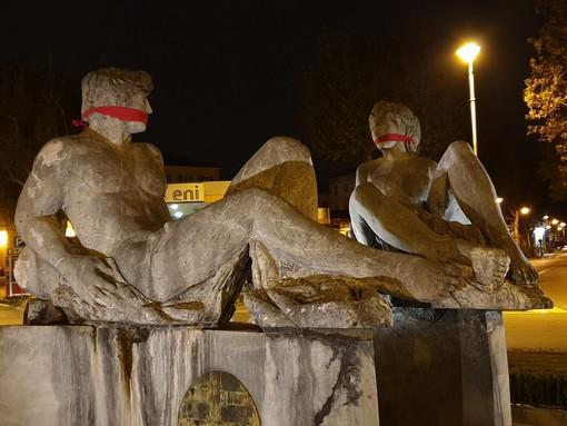 Da Cuneo a La Morra: Casapound imbavaglia le statue per dire NO alla censura