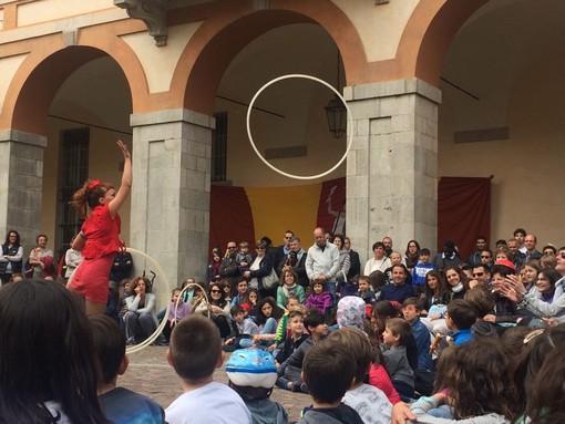 Via Roma inondata dagli artisti di strada per i dieci anni di Shakabum Day a Cuneo (Foto e video)
