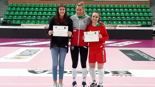 Camilla Basso e Alice Gay ricevono il diploma di merito da una madrina d'eccezione: Noemi Signorile, capitano della BOSCA S.BERNARDO CUNEO