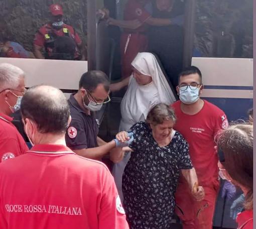 Un volontario del Comitato Cri di Mondovì, nella Sardegna che brucia