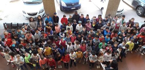 Senza zaino day a Cuneo: alunni della primaria Luigi Einaudi distribuiscono gentilezza ai passanti