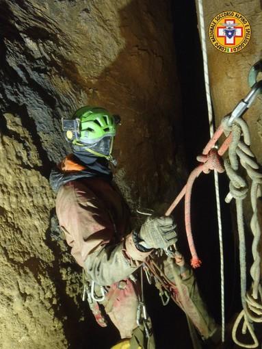 Sollevato con delle corde, lo speleologo francese intrappolato a una profondità di meno 300 metri