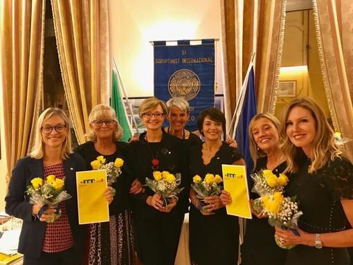 Al centro, la presidente del Soroptimist Cuneo Ingrid Brizio, durante la cerimonia di entratura di nuove socie nell'ottobre dello scorso anno