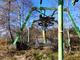 Gli impianti arruginiti della vecchia sciovia deturpano un panorama incantevole