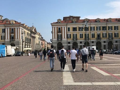 Mattinata di euforia e cori a Cuneo: gli studenti festeggiano l'ultimo giorno di scuola