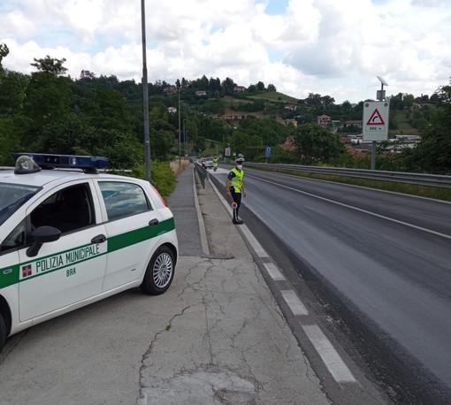 Mezzo pesante perde olio sulla strada da Cinzano a Bra: viabilità in tilt in tutta la zona