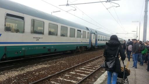 """Carrozze gelate sulla linea Cuneo-Torino, un giovane pendolare: """"Un problema ormai quotidiano"""""""