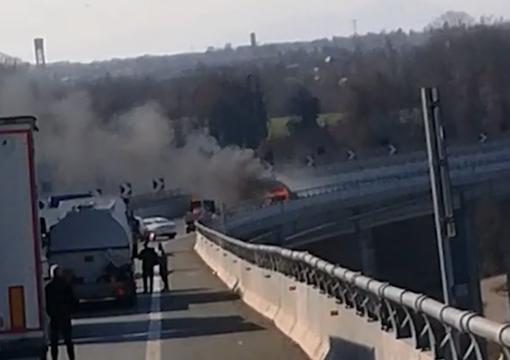 Auto prende fuoco sulla Torino-Savona nei pressi di Mondovì, traffico temporaneamente sospeso