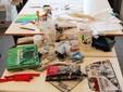 """Tavolo di lavoro del laboratorio sartoriale  """"are@51lab""""  nel carcere di Saluzzo"""