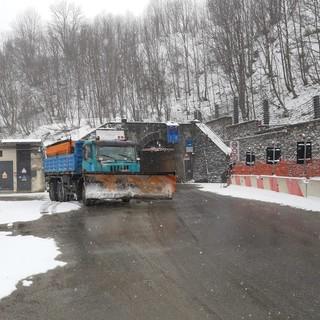 Cinque centimetri di neve al Tenda, in funzione mezzi spazzaneve